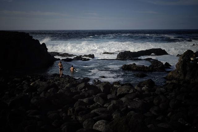El Hierro. Charco Azul. Los bañistas y el fuerte oleaje.